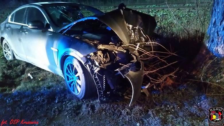 We wczorajszy poranek na drodze wojewódzkiej nr 412 doszło do wypadku. Samochód osobowy marki Jaguar uderzył w drzewo. - Kierująca pojazdem narzekała