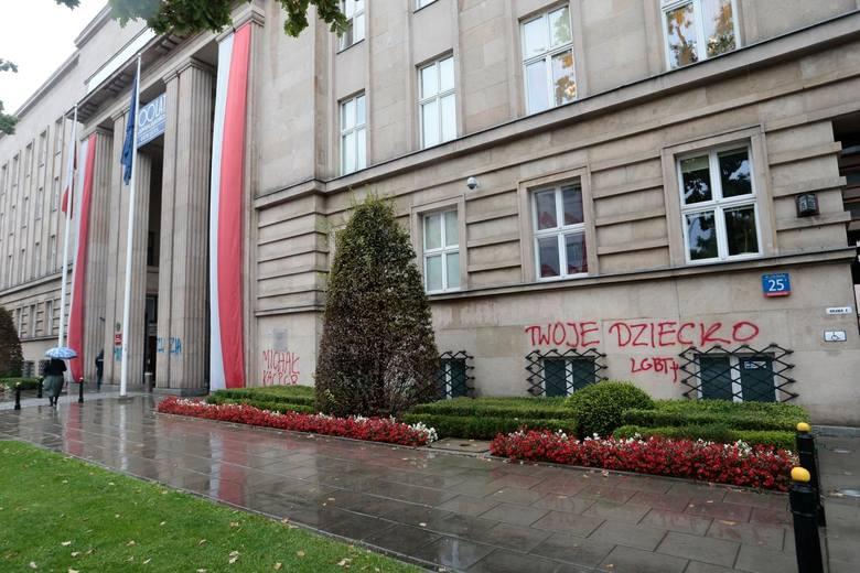 """Pod koniec na budynku Ministerstwa Edukacji Narodowej w Warszawie ktoś wymalował hasło """"twoje dziecko LGBT+"""" oraz wypisał imiona młodych"""