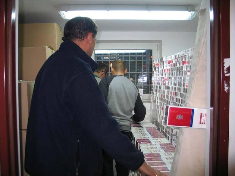 Kartony z papierosami zajęły niemal całą powierzchnię policyjnego magazynu i gabinet zastępcy komendanta. Ich zabezpieczanie i liczenie trwało ponad