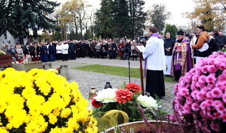 Nowy Sącz. Procesja przeszła alejkami cmentarza przy ul. Rejtana [ZDJĘCIA, WIDEO]