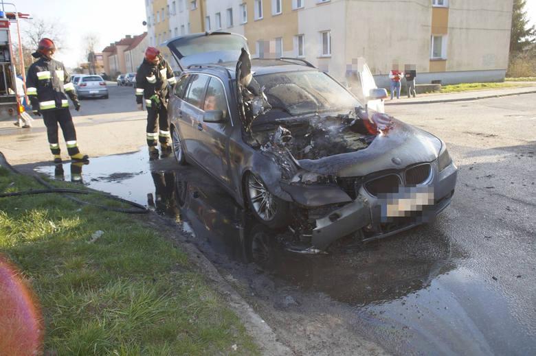 W niedzielę (14 kwietnia) po godzinie 18 doszło do pożaru. Przy ulicy Lipowej w Słupsku zapalił się samochód osobowy marki BMW. Po sprawnej akcji strażaków