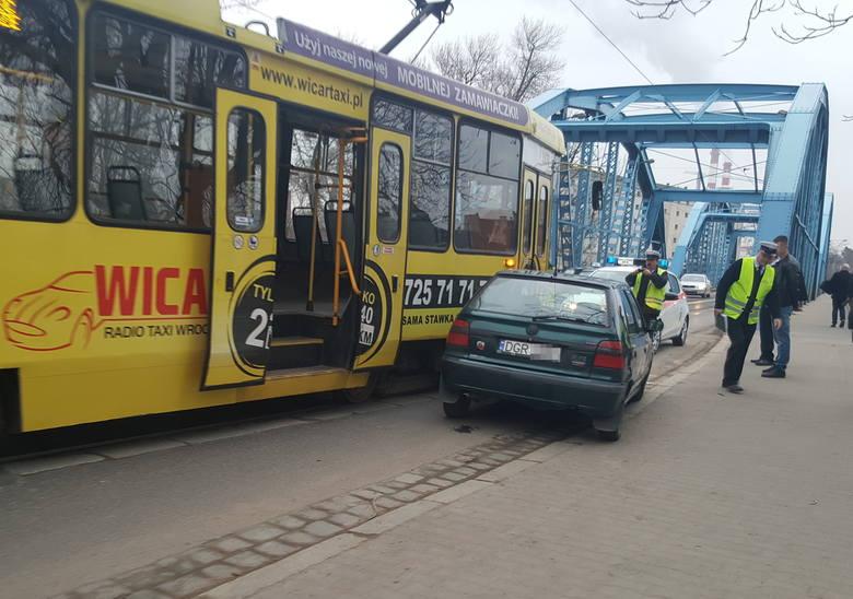 Skoda zderzyła się z tramwajem na moście Sikorskiego