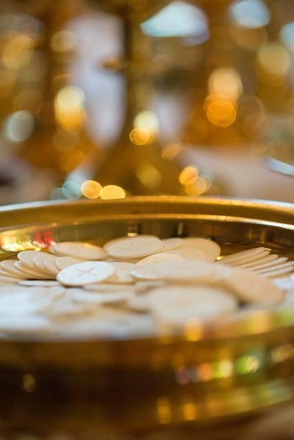 Połóż na stole krzyż, postaw obraz lub figurkę Matki Bożej, możesz też zapalić świecę.ZOBACZ TEŻ: Msze święte w internecie na Podkarpaciu
