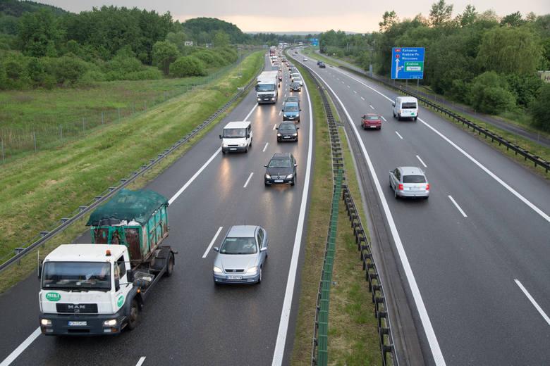 Wybierając się w podróż samochodem na długi majowy weekend, warto przypomnieć sobie podstawowe zasady bezpiecznej jazdy po autostradach.