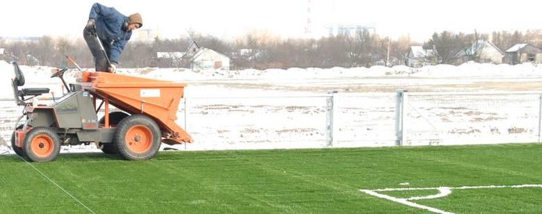 Wkoło zima, a przy Witosa się zieleni! Zobacz jak przebiegają ostatnie prace przy budowie boiska. Zdjęcia