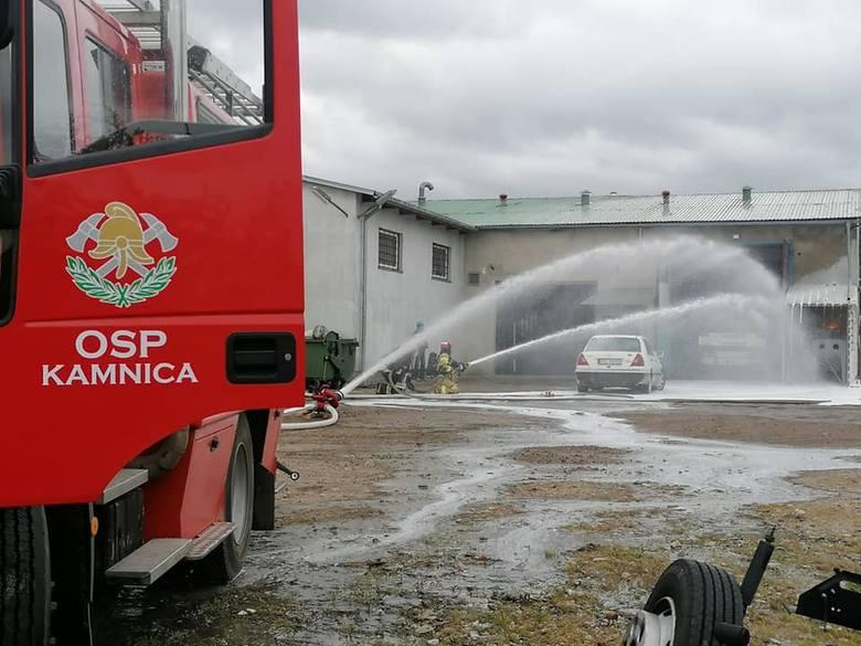 W sobotę doszło do pożaru w warsztacie samochodowym przy ul. Górnej w Miastku. Podczas pracy zapaliła się butla z acetylenem. Strażacy ugasili pożar