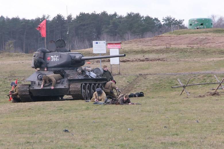Dariusz BrożekInscenizacja batalistyczna z eksplozjami i szturmem czołgu T-34 była najbardziej widowiskową częścią XIII Rajdu Karabanowa, który odbył