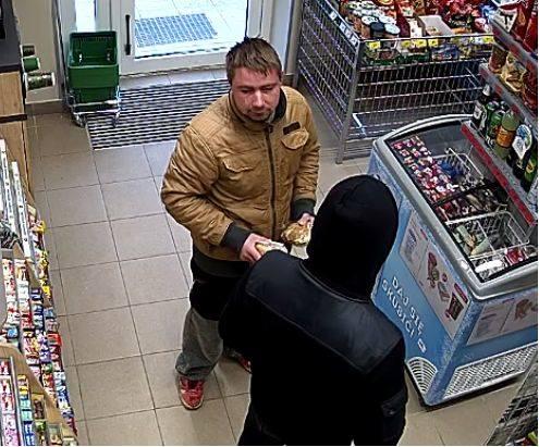 Policjanci z komisariatu II w Zielonej Górze poszukują osób podejrzewanych o kradzieże z włamaniem na konto bankowe. Osoby, które rozpoznają mężczyzn