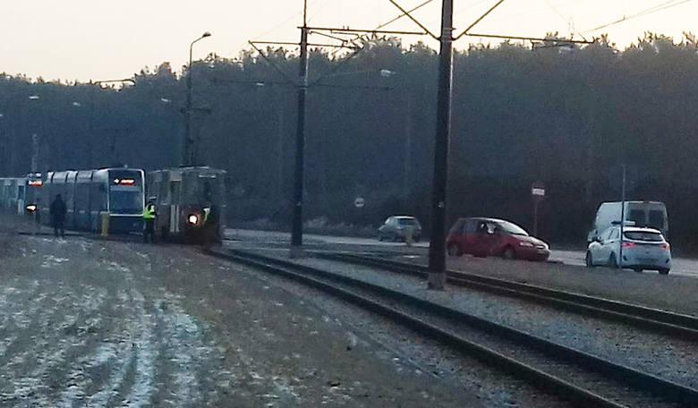 W czwartek, przed godziną 8 rano, doszło do zderzenia samochodu osobowego z tramwajem w Fordonie (na wysokości Carrefoura). Trzeba było wstrzymać ruch