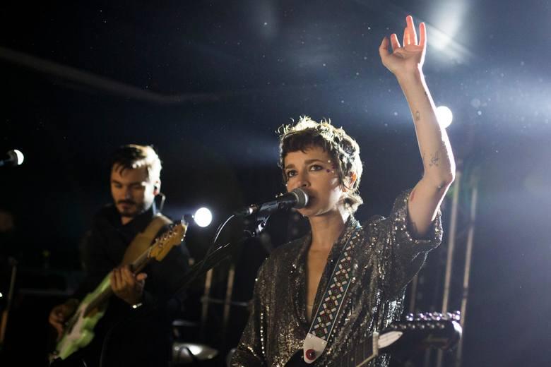 """Wiele dobrego można powiedzieć również o Brodce – niegdyś niepozornej wokalistce z telewizyjnego talent-show """"Idol"""", a dziś niezależnej i odważnie eksperymentującej"""
