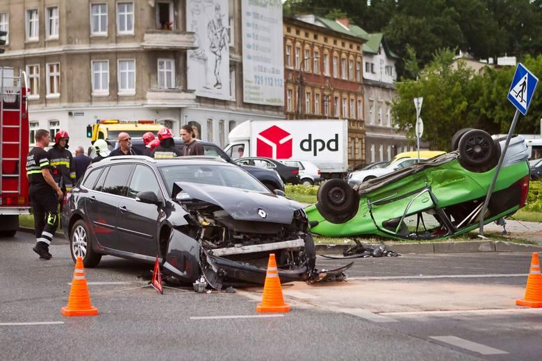 Plac Poznański (na zdjęciu wypadek i dachwanie z 2015 roku) w Bydgoszczy to miejsce, w którym bardzo często dochodzi do wypadków i innych zdarzeń drogowych.