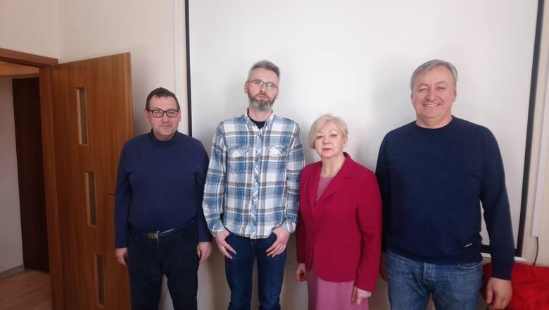 """Od lewej stoją: Jerzy Wiśniewski NSZZ Solidarność, Krzysztof Kucharski, WZZ """"Solidarność-Oświata"""", Urszula Polak, ZNP,  Sławomir Liczkowski"""