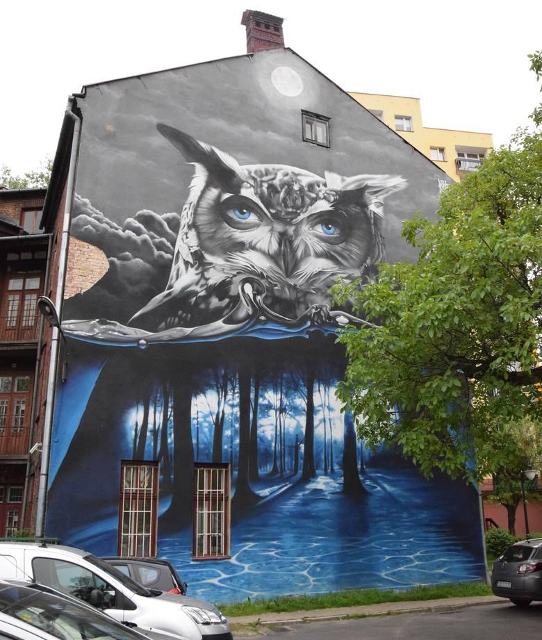 """Ze ściany budynku przy ulicy Sempołowskiej 1 na przechodniów spogląda  majestatyczna sowa. To mural stworzony przez bielskiego artystę Artura Bosowskiego """"Turbos"""". Przedsta-wia surrealistyczny wizerunek sowy z ludzkimi oczami, których błękit powielony jest w tajemniczym..."""