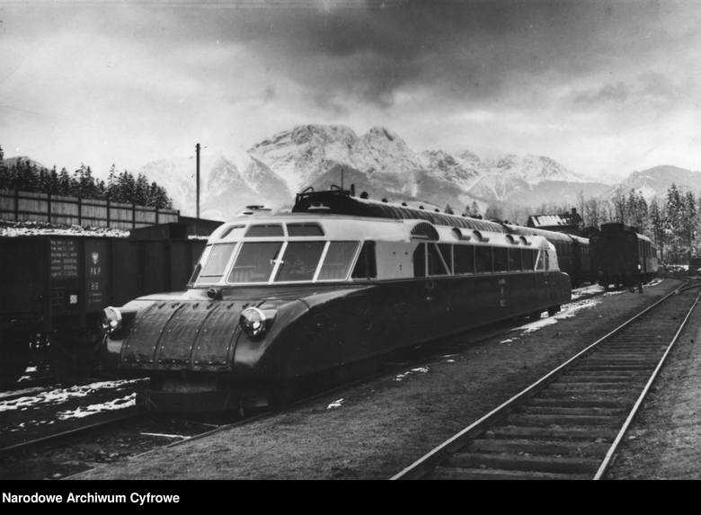 """Zakopane, 1936""""Torpeda podhalańska"""" na dworcu kolejowym w Zakopanem. W tle widoczny Giewont."""