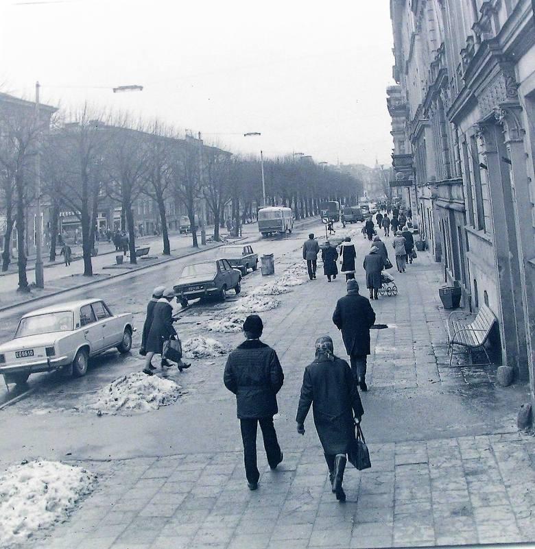 Al. Wojska Polskiego w kierunku Ronda Solidarności w pozimowej szacie na początku 1975 roku