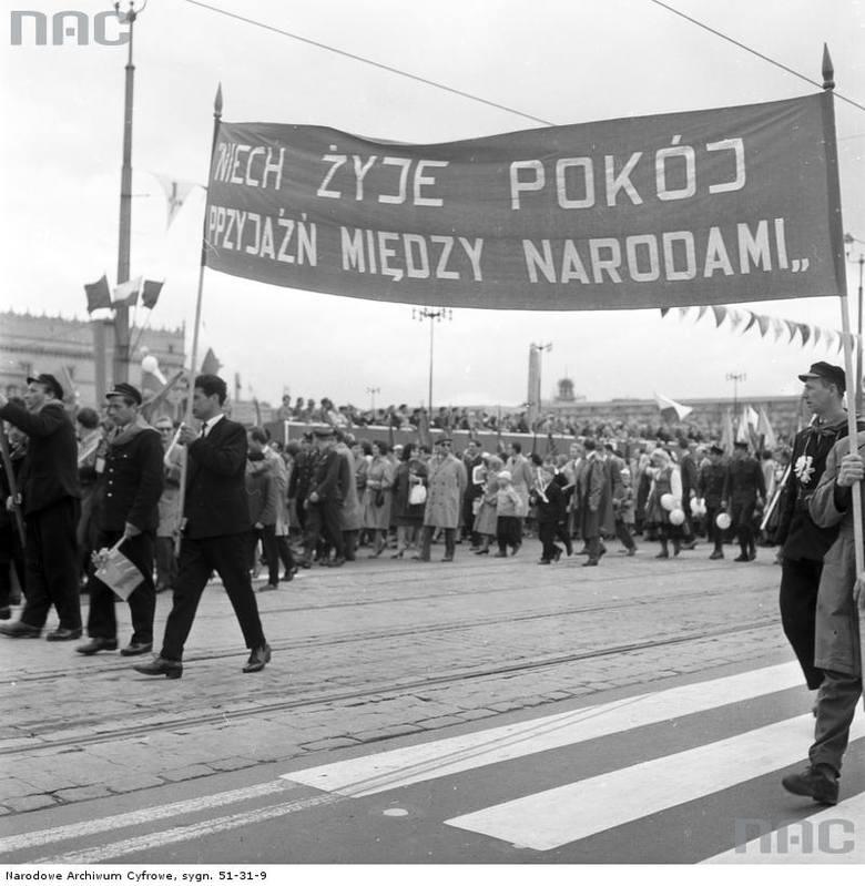 Uczestnicy pochodu podczas przemarszu ulicą Marszałkowską.