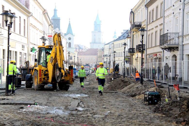 """Przebudowa """"starej"""" części deptaka na Krakowskim Przedmieściu potrwa do połowy maja"""