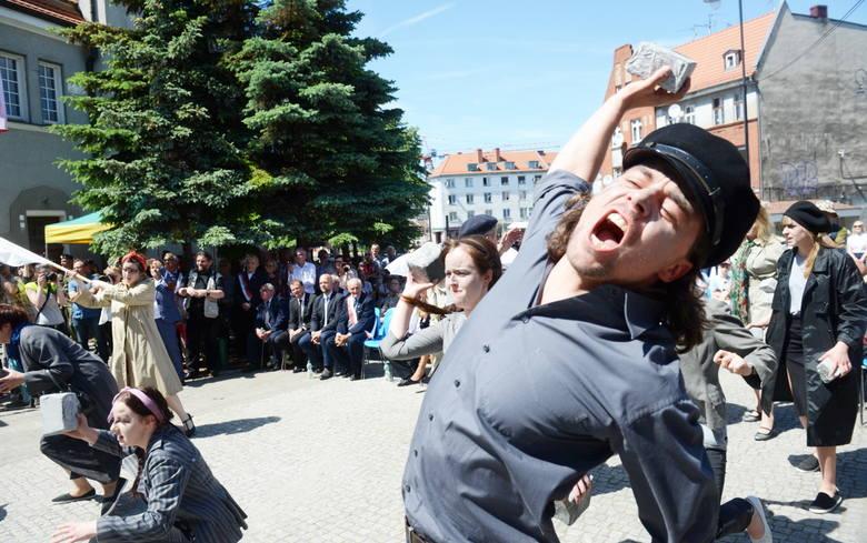 Aktorzy Lubuskiego Teatru jak uczestnicy Wydarzeń Zielonogórskich do walki z milicjantami ruszyli z kamieniami w rękach