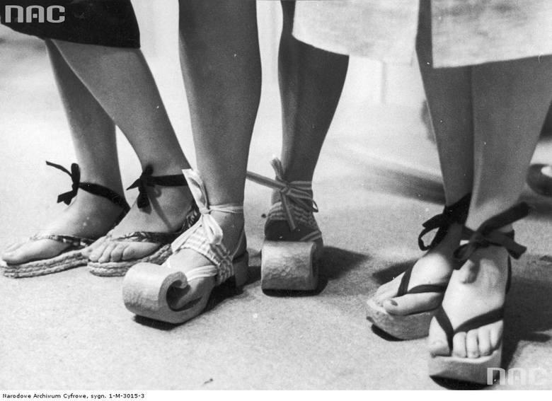 Plażowe sandały na koturnach.