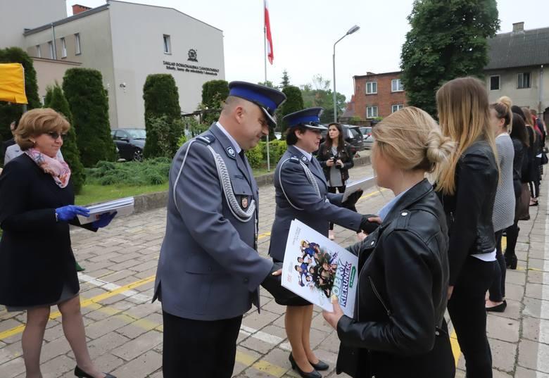 Absolwenci Zakładu Doskonalenia Zawodowego w Radomiu ukończyli klasę policyjną. Odebrali stosowne certyfikaty [DUŻO ZDJĘĆ]