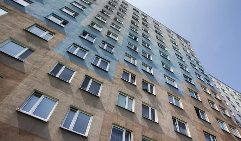 Przekształcenie objęło grunty zabudowane budynkami mieszkalnymi oraz powiązanymi obiektami (garaże, podjazdy itp.). Jeśli chodzi o budynki wielorodzinne,