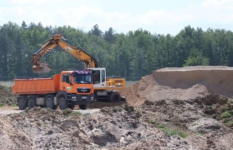 Na radomskim lotnisku trwa budowa pasa startowego, gdzie postęp prac jest o trzy tygodnie przyspieszony w stosunku do przyjętego harmonogramu. Warto