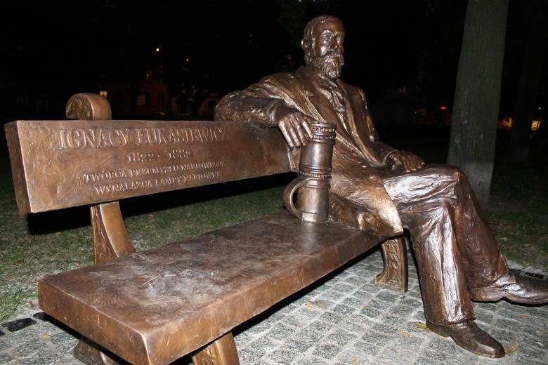 Ławeczka Ignacego Łukasiewicza na skwerze przy Grobla [ZDJĘCIA]