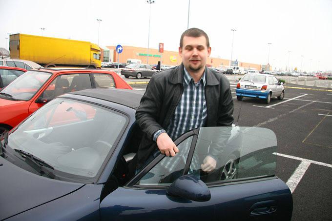 Samochodowe zawody przed Auchan