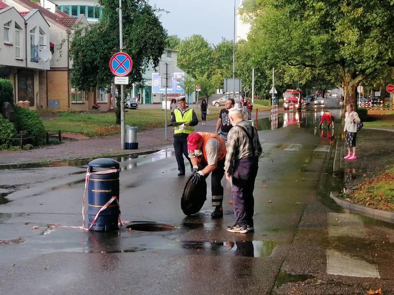 Burza przeszła także nad Kołobrzegiem. Efekt? Zalane ulice, na których studzienki nie nadążały z odbiorem deszczówki. Są to m.in. ul. Łopuskiego, Jagiellońska,