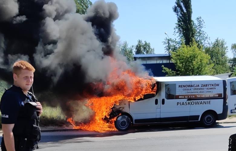 Samochód w ogniu na Retkini. Spłonął przód opla vivaro ZDJĘCIA