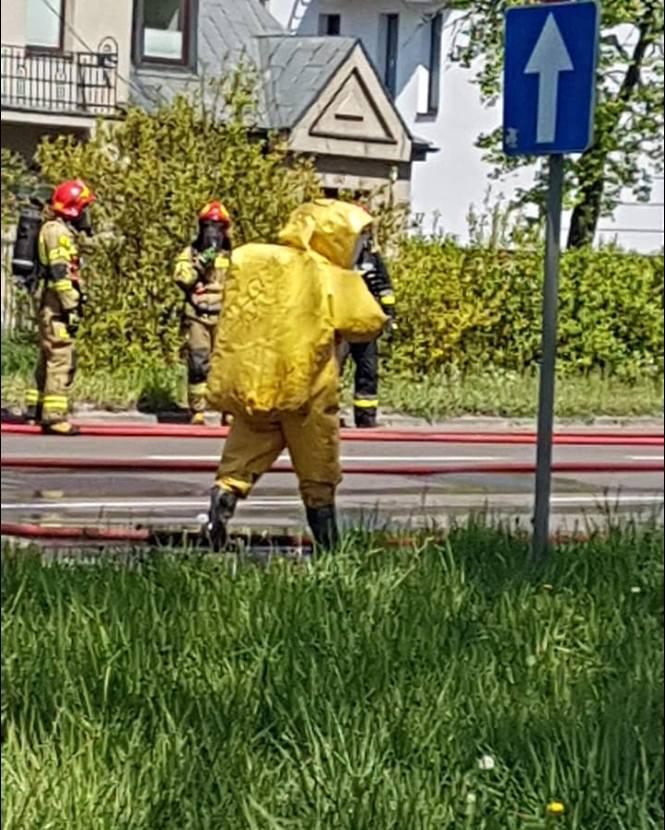 Droga została zablokowana pomiędzy ul. Zgierską, a Łagiewnicką. Na miejscu działa straż pożarna, która ma sprawdzić, czy doszło do rozszczelnienia dwóch,