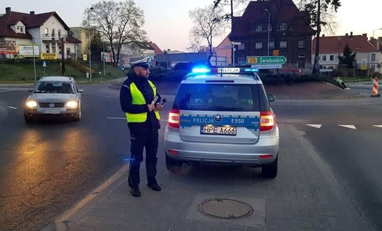 Drogówka z Krosna Odrzańskiego w czwartek, 11 kwietnia, z samego rana pojawiła się na rondzie w mieście. W alkomaty dmuchali wszyscy kierowcy. Jeden