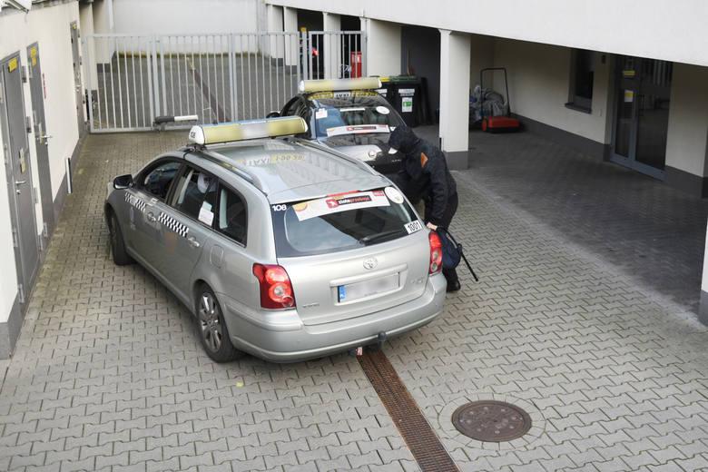 W 2017 roku policjanci z Wrocławia ułyszeli zarzuty w poznańskiej prokuraturze. Do budynku wpuszczono ich bocznym wejściem, by nie natknęli się na czekających