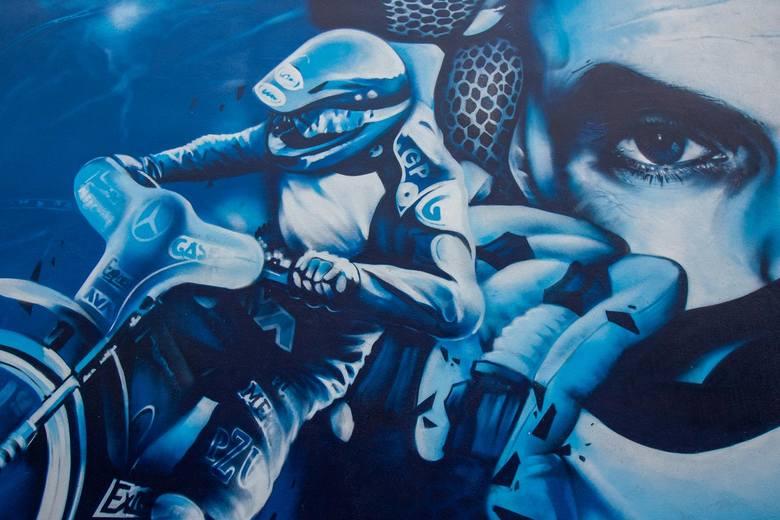 Mural Tomasza Golloba został odnowiony. Przypomnijmy, że 6 października uroczyście odsłonięto mural, który powstał na elewacji marketu przy ul. Nakielskiej