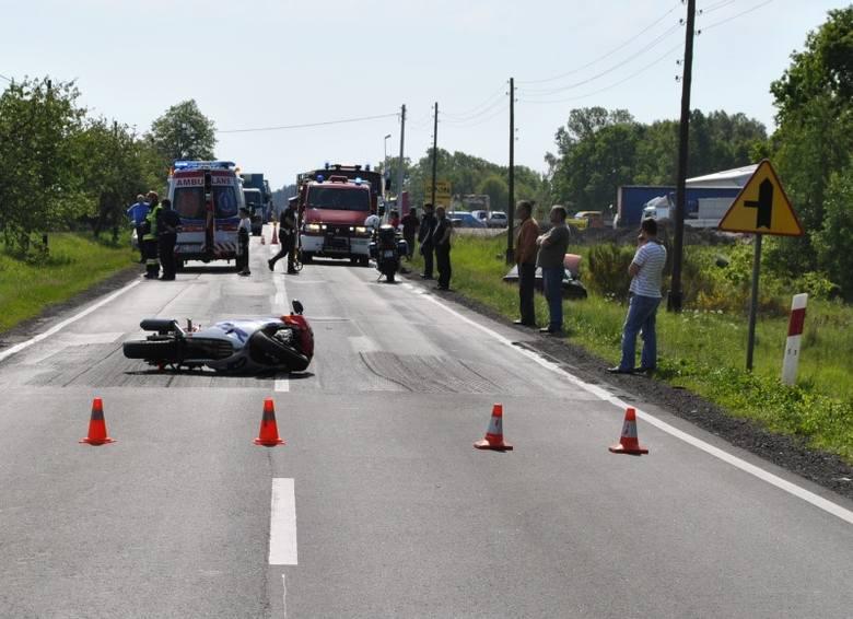 Wypadek na drodze krajowej nr 11 pod Olesnem. 31-letni motocyklista uderzył w samochód i doznał licznych obrażeń ciała. Śmigłowiec zabrał motocyklistę