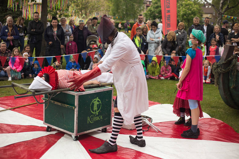 """W niedzielę na placu Wolności odbył się rodzinny festyn """"Figle, migle Pippi"""". O animacje zadbał teatr Kubika ze Szczecina. Do dzieci przypłynęła łódź"""