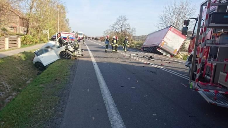 Wypadek w Babicy. W zderzeniu ciężarówki z nissanem na drodze krajowej nr 19 zginęła jedna osoba
