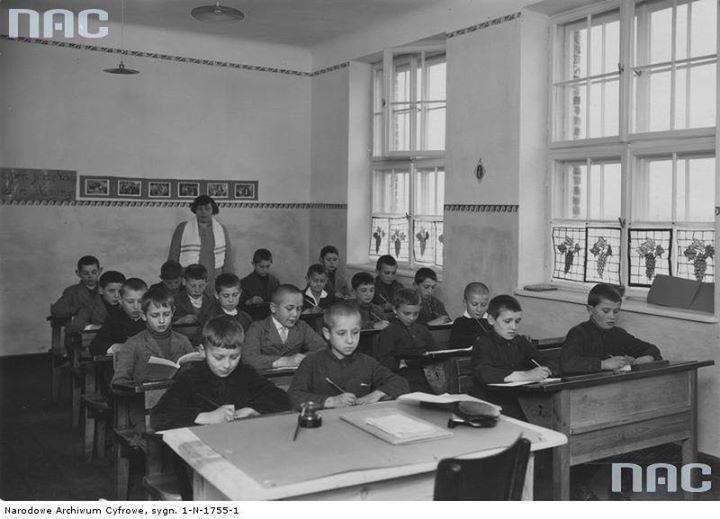 Uczniowie szkoły powszechnej w Sochaczewie w trakcie lekcji.