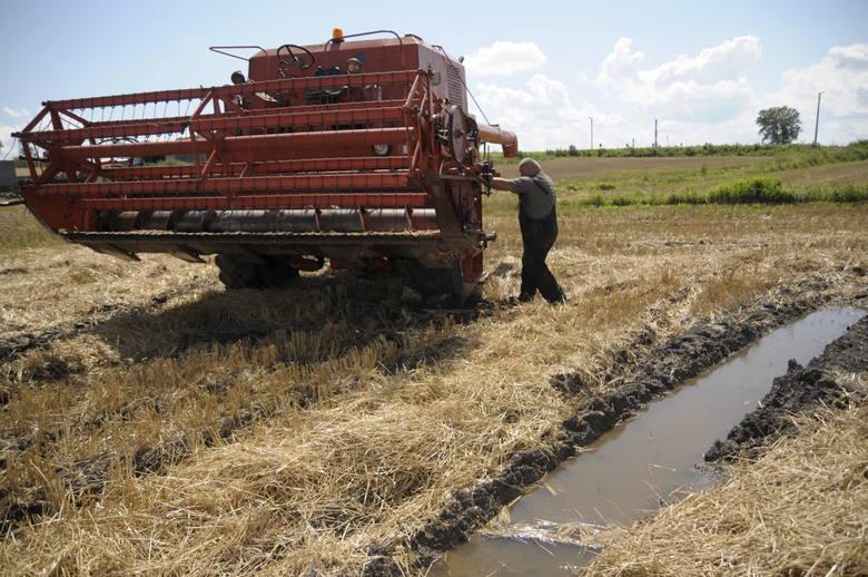 Praca przy maszynach zawsze stwarza zagrożenie, dlatego rolnicy muszą zachować szczególną ostrożność.
