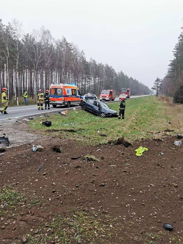 Niedaleko Białego Boru, kierowca samochodu osobowego stracił panowanie nad pojazdem, zjechał do rowu i dachował. Na miejscu, poza pogotowiem i policją,