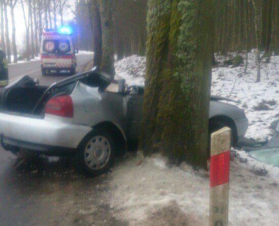 Wypadek na trasie Dunajek - Wronki. Audi uderzyło w drzewo. Dwie osoby ranne (zdjęcia)