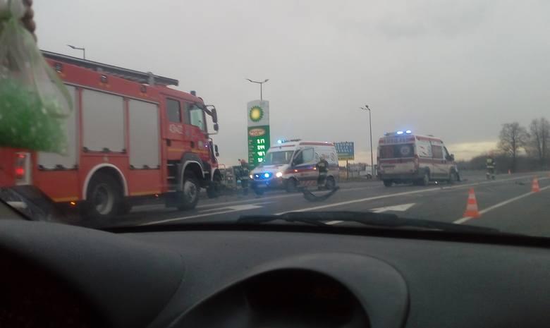 Policjanci i strażacy pracują na drodze krajowej nr 94 w Wierzbnej pod Jarosławiem. Na wysokości stacji paliw doszło tam do zderzenia fiata seicento
