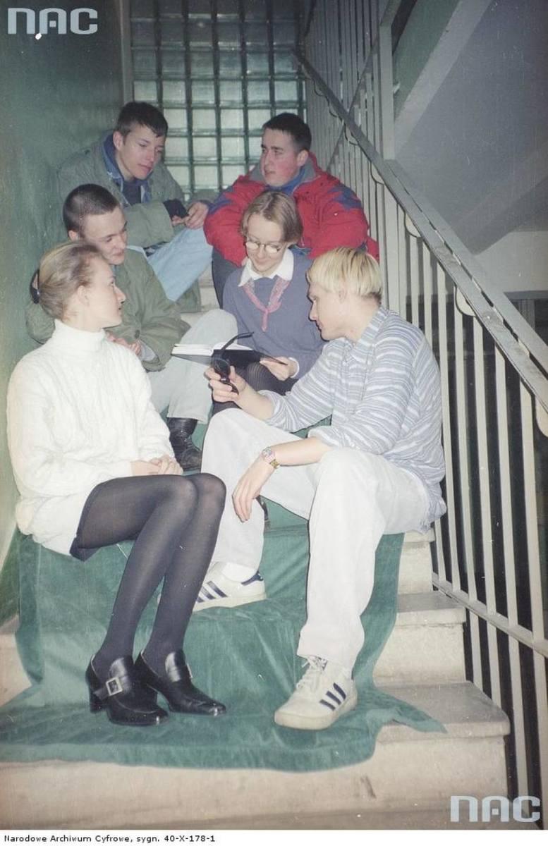 Zaledwie ćwierć wieku temu świat, a przede wszystkim Polska, wyglądały inaczej. Ortalionowe dresy, żarówiaste kolory, no i pierwsza fala muzyki disco