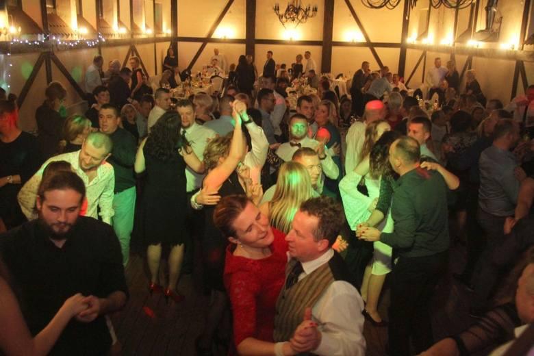 Wystrzałową zabawę sylwestrową w Karczmie Cztery Konie w Kielcach poprowadził DJ Piotr Gładkowski. Goście świetnie się bawili. Zobaczcie zdjęcia!ZOBACZ