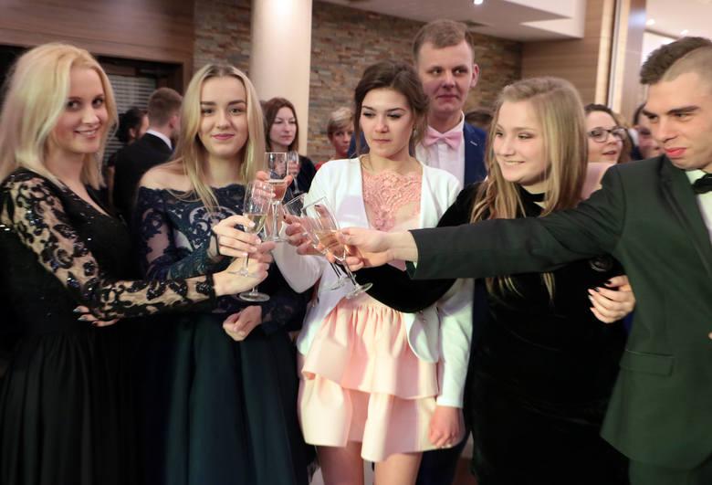 W salach Hotelu Rudnik maturzyści z trzech klas III bawili się na tegorocznej studniówce. Bal otworzył dyrektor Roman Cegiełkowski.