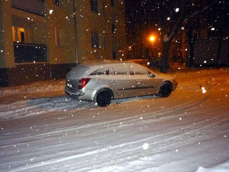 Od kilku godzin w Hajnówce pada śnieg, ulice pokrywa już kilkucentymetrowa warstwa.