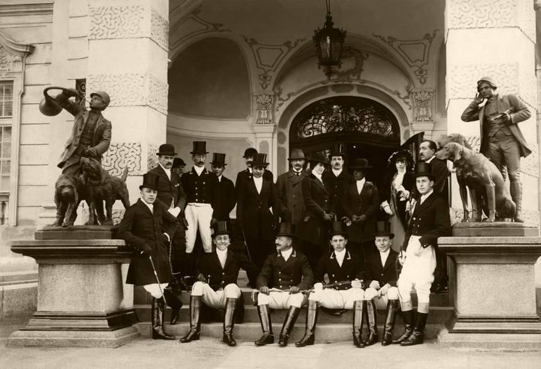 Myśliwi przed wyjazdem na polowanie par force w Antoninach w 1907 roku. Zbiory Muzeum-Zamek w Łańcucie.