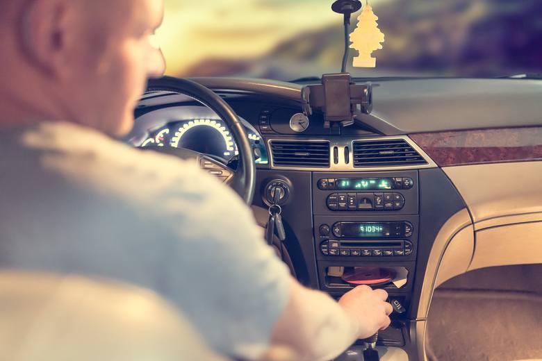 Myślisz, że wiesz sporo o przepisach ruchu drogowego? Starasz się jeździć i zachowywać na drodze ta, by nie narazić się na mandat. Zebraliśmy 18 rzeczy,