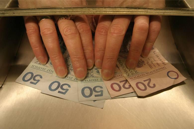"""Pensja minimalna 2020: Ile netto i brutto? Najniższa płaca to obecnie 1800 zł """"na rękę"""". KO ma program """"Wyższe pensje"""""""