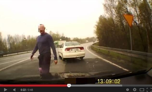 Agresja na drogach rośnie. 33-letni Tomasz G. z Torunia groził śmiercią kierowcy, który rzekomo zajechał mu drogę. Do brzucha przystawił mu pistolet